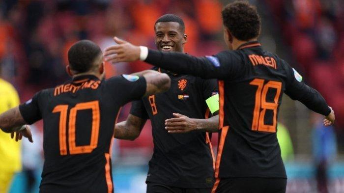 Gelandang Belanda Georginio Wijnaldum (tengah) merayakan mencetak gol kedua timnya selama pertandingan sepak bola Grup C UEFA EURO 2020 antara Makedonia Utara dan Belanda di Johan Cruyff Arena di Amsterdam pada 21 Juni 2021.