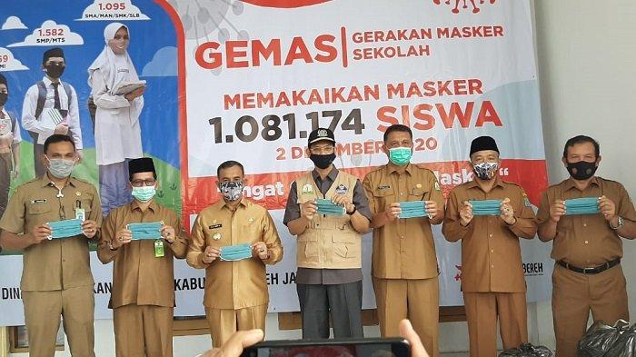 Kadisnaker Aceh Serahkan Masker untuk Aceh Jaya