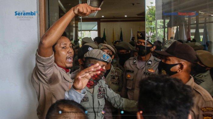 FOTO - GERAM Kembali Datangi Kantor Gubernur Aceh, Gugat Kinerja Plt dan Penggunaan Dana Covid-19 - geram-demo-kantor-gubernur-aceh-19.jpg
