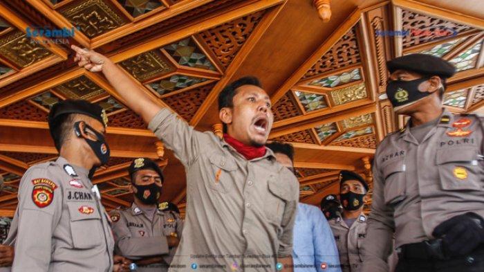 FOTO - GERAM Kembali Datangi Kantor Gubernur Aceh, Gugat Kinerja Plt dan Penggunaan Dana Covid-19 - geram-demo-kantor-gubernur-aceh-3.jpg
