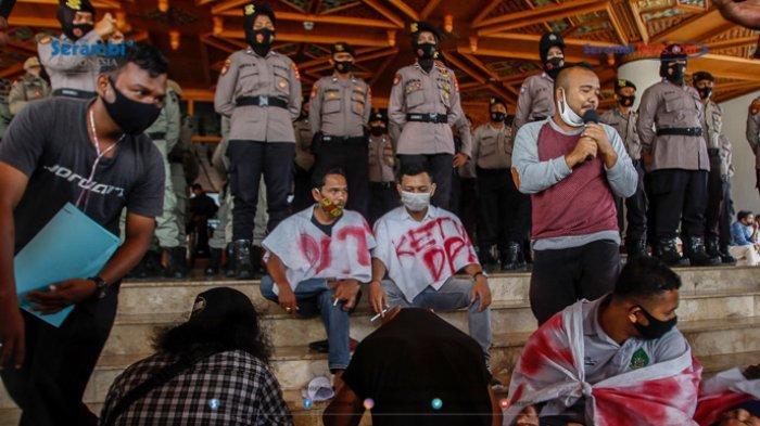 FOTO - GERAM Kembali Datangi Kantor Gubernur Aceh, Gugat Kinerja Plt dan Penggunaan Dana Covid-19 - geram-demo-kantor-gubernur-aceh-5.jpg