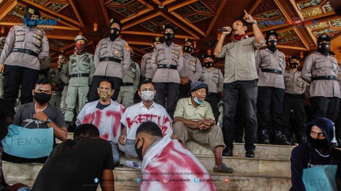 FOTO - GERAM Kembali Datangi Kantor Gubernur Aceh, Gugat Kinerja Plt dan Penggunaan Dana Covid-19 - geram-demo-kantor-gubernur-aceh-601.jpg