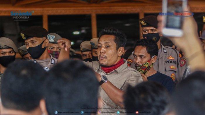 FOTO - GERAM Kembali Datangi Kantor Gubernur Aceh, Gugat Kinerja Plt dan Penggunaan Dana Covid-19 - geram-demo-kantor-gubernur-aceh-7.jpg