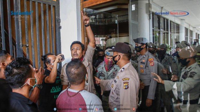 FOTO - GERAM Kembali Datangi Kantor Gubernur Aceh, Gugat Kinerja Plt dan Penggunaan Dana Covid-19 - geram-demo-kantor-gubernur-aceh-8.jpg
