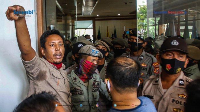 FOTO - GERAM Kembali Datangi Kantor Gubernur Aceh, Gugat Kinerja Plt dan Penggunaan Dana Covid-19 - geram-demo-kantor-gubernur-aceh-9.jpg