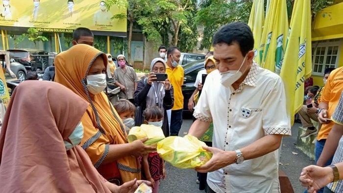 Golkar Aceh Bagi-bagi Takjil ke Warga da Yatim Piatu, TM Nurlif: Ini Bukan untuk Mencari Muka