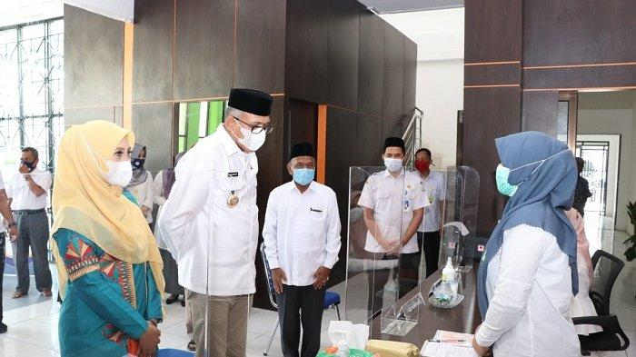 Gubernur Nova bersama Istri Tunaikan Zakat Melalui Baitul Mal Aceh