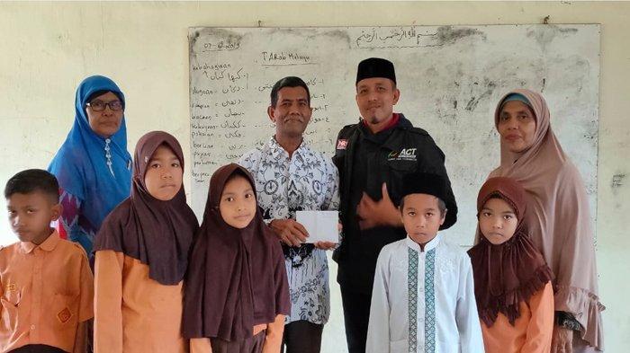 Kisah Badruddin Jadi Guru Honorer 20 Tahun, Digaji Rp 300 Ribu, Pilih Tetap Setia Mengajar Muridnya