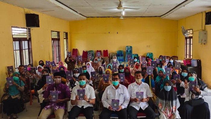Penyerahan Alquran pada guru-guru tahfidz di Pidie Jaya, Kamis (27/5/2021) oleh RQV yang bekerjasama dengan Pemkab Pidie Jaya.