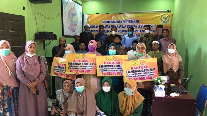 Anggota DPR RI asal Aceh, H Irmawan S.Sos MM yang diwakili oleh Staf Ahlinya Munawar AR, MSI foto bersama setelah menyerahkan bantuan bagi kelompok wanita tani dan kelompok tani Pondok Pesantren Darul Wustha Kuta Baro Aceh Besar yang didampingi Kadis Pangan Aceh Besar Ahmad Fuadi dan Kabid Komsumsi Pangan Dinas Pangan Aceh, Muhammad Fadhil di Kantor Badan Penyuluh Pertanian, Kamis (17/6/2021)