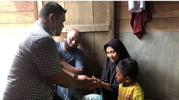 Istri Seorang Nelayan yang Jemput Rohingya Menangis Saat Terima Bantuan dari Haji Uma