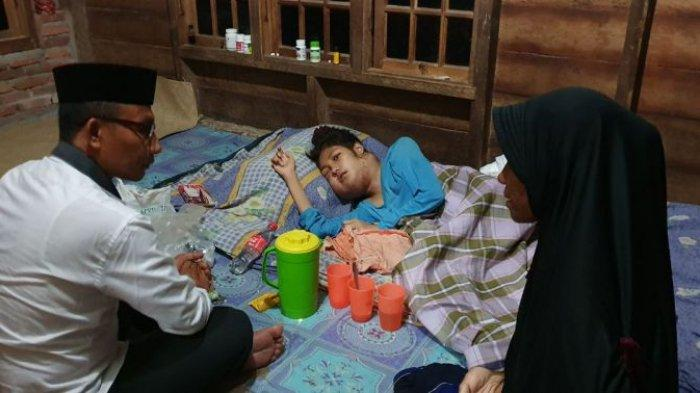 Haji Uma Jenguk Gadis Penderita Kanker Kelenjar Getah Bening di Darul Amal Aceh Timur
