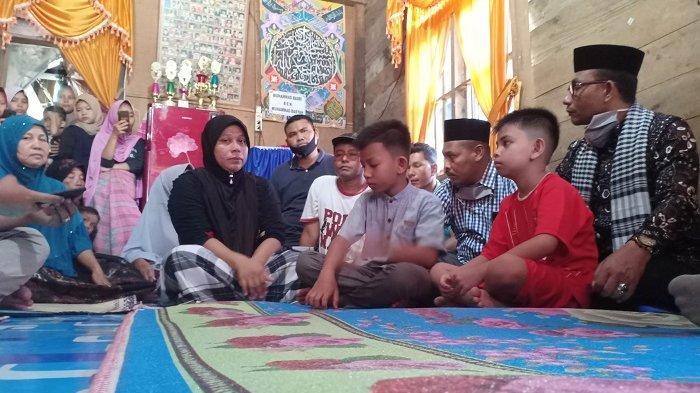 Haji Uma Pimpin Samadiah Saat Melayat ke Rumah Korban Diamuk Massa di Tangerang
