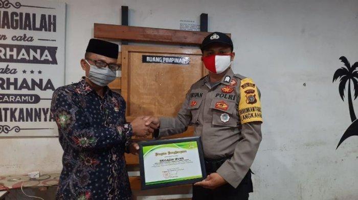 Berjiwa Sosial, Petugas Bhabinkamtibmas Polsek Langkahan Aceh Utara Dapat Penghargaan dari Haji Uma