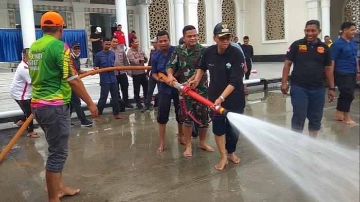 Sambut Ramadhan, Bupati Muzakkar Gotong Royong di Masjid Agung Sultan Jeumpa