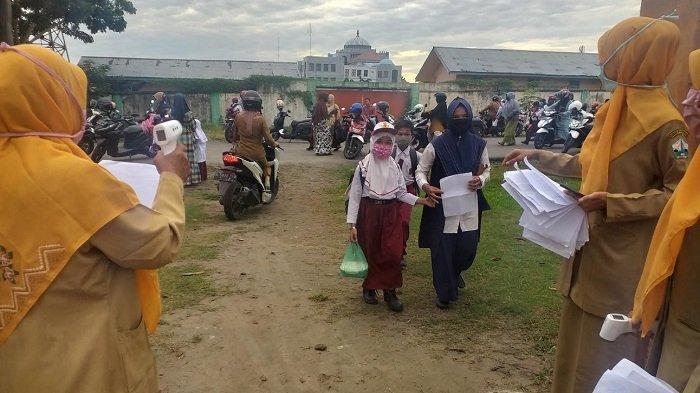Hari Pertama Sekolah di Bireuen, Siswa Bawa Surat Izin dan Wajib Pakai Masker