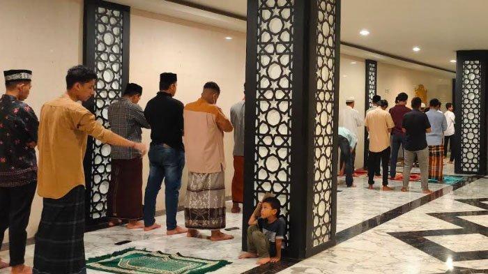 Jamaah di ruang bawah tanah (Basement), akibat Jamaah Membeludak saat shalat tarawih perdana di Masjid Raya Baiturrahman Banda Aceh.