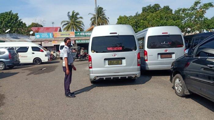 Petugas Gembok Roda 7 Mobil Penumpang HiAce