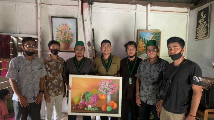 HMI Lhokseumawe-Aceh Utara Sambangi Rumah Rohani Pelukis Disabilitas dari Aceh Utara