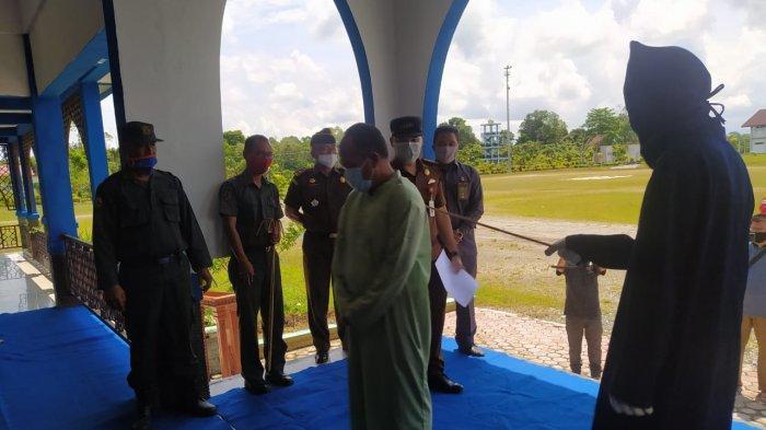 Eksekusi cambuk di Alun-alun Suka Makmue, Nagan Raya, Senin (12/4/2021)