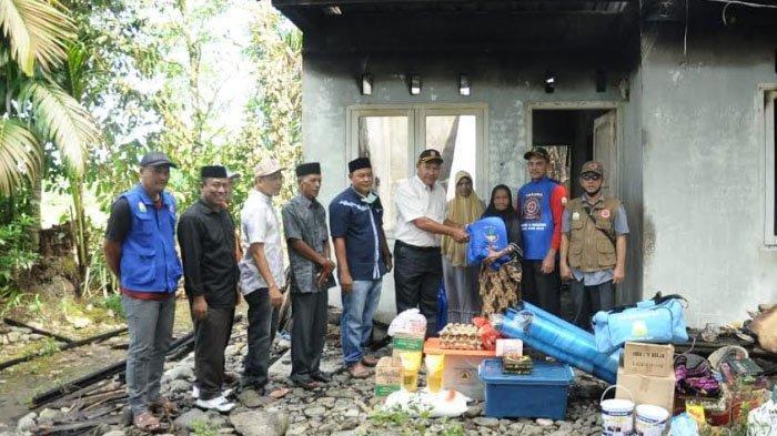 Pemkab Nagan Raya Bantu Nek Nurul, Korban Rumah Terbakar Malam Lebaran