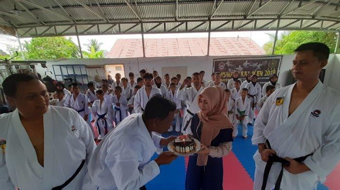 Suasana Haru Para Murid Karate Lhokseumawe Kala Rayakan HUT Ke-54 KKI