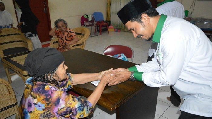 Alumni Abulyatama Buka Puasa Bersama dan Santuni Lansia di Panti Jompo - iaa1.jpg