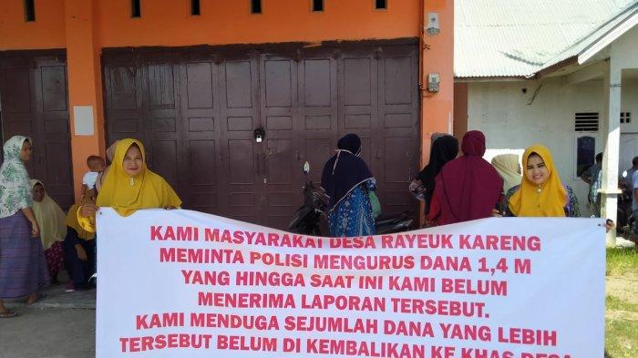 Ibu-ibu Demo Kantor Keuchik Kareung Blang Mangat, Ini Tuntutannya