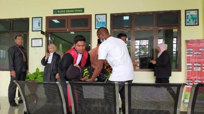 Ibu Kandung Terdakwa Kasus Sabu 119 Kg di Aceh Timur Pingsan, Sebelum Anaknya Dituntut Hukuman Mati