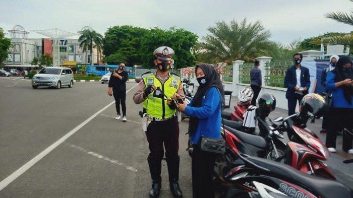 IFI Banda Aceh Bagikan Seribu Masker dan Cairan Antiseptik di Depan Masjid Raya Baiturrahman