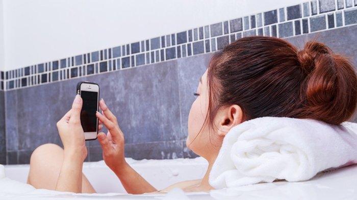 Tak Boleh Bawa Handphone ke Kamar Mandi atau Toilet, Apa Bahayanya? Simak Penjelasan Ini