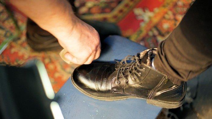 Bersih, Berkilat dan Bebas Bau, Ini 5 Tips Cara Membersihkan Sepatu Kulit