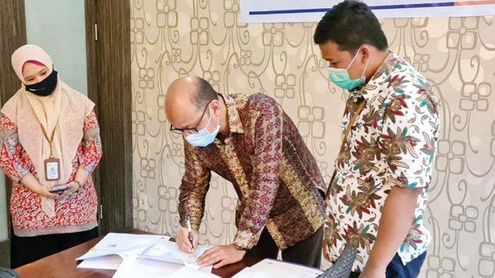 Direktur Utama Bank Artha Aceh Sejahtera, Ariswan menandatangani Perjanjian Kerjasama Asuransi Kerugian disaksikan Pemipin Cabang BRINS Aceh Syariah Ashar Anwar,  Senin  (8/02/2021)