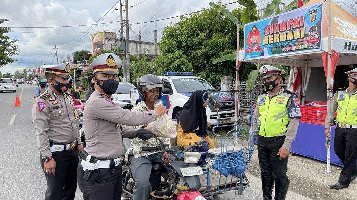 Satlantas Polres Abdya Bagikan Takjil dan Sembako untuk Pengendara Kendaraan di Jalan Raya
