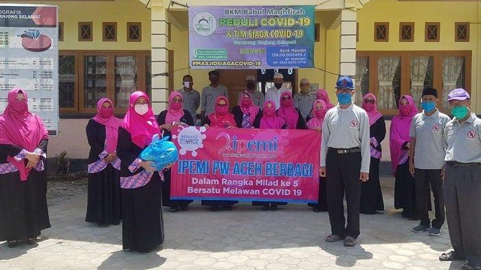Ikatan Pengusaha Muslimah Aceh Serahkan Sembako untuk BKM dan Tim Siaga Covid-19 Tanjung Selamat