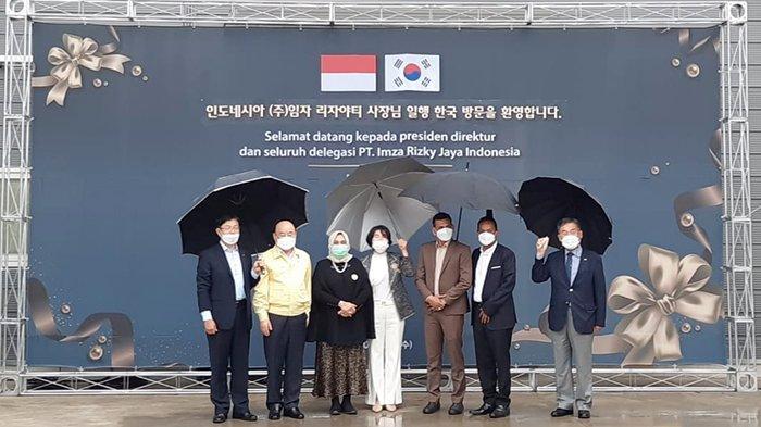 Foto Bersama - Owner PT Imza Rizky Jaya (IRJ) Group, Hj Rizayati SH MM melakukan foto bersama dengan manajemen Magnatech Co Ltd, dalam kunjungannya ke Korea Selatan, beberapa hari lalu.