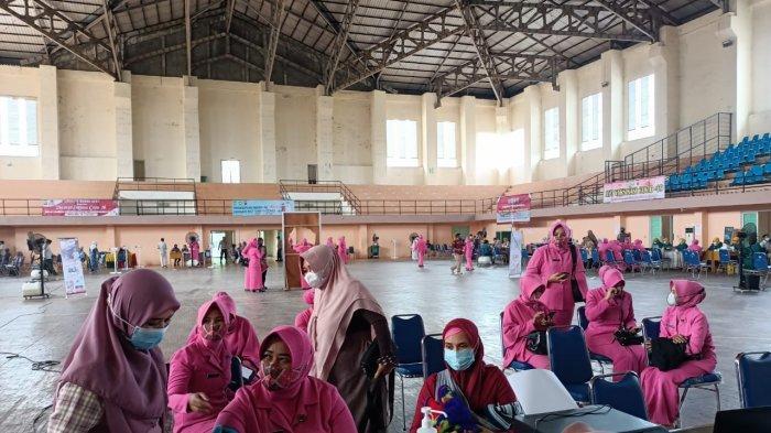 Istri Polisi dari Polsek Krueng Raya Ikuti Vaksinasi Massal di Stadion Harapan Bangsa Banda Aceh