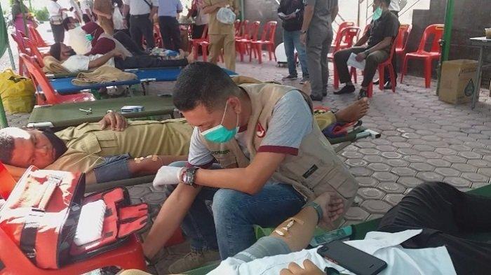 Puluhan Warga Antre Donor Darah di Bank Aceh Syariah Bireuen