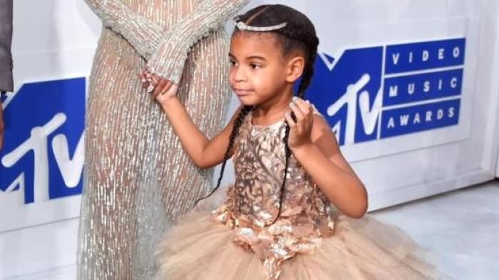 Putri pasangan Beyonce dan Jay Z, Blue Ivy, mengenakan baju Mischa Aoki ketika datang ke Video Music Awards 2016 di Madison Square Garden, New York, Minggu (28/8/2016)