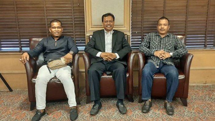 Jafar Insya Reubee (kiri) bersama Presiden Komunitas Masyarakat Aceh Malaysia (KMAM), Datok Mansyur Usman (tengah), dan Tuan Saiful Alibata.