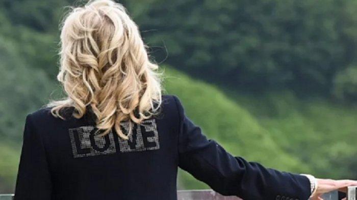 Jill Biden Bawa Pesan Cinta Amerika ke Uni Eropa, Kenakan Jaket Bertuliskan 'Love