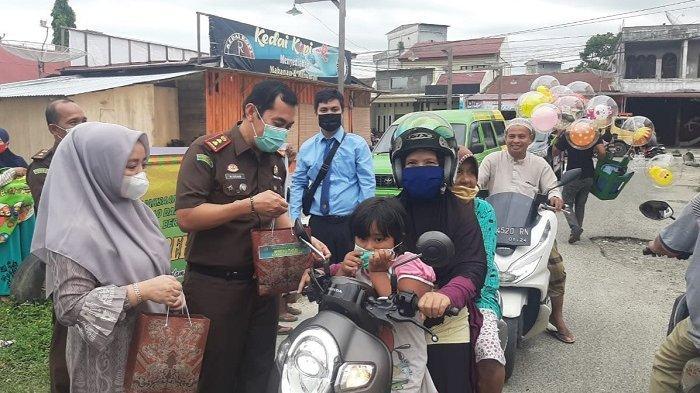 Usai Luncurkan Aplikasi Japri Jaksa Pengacara Negara, Kejari Aceh Singkil Bagikan Paket Takjil