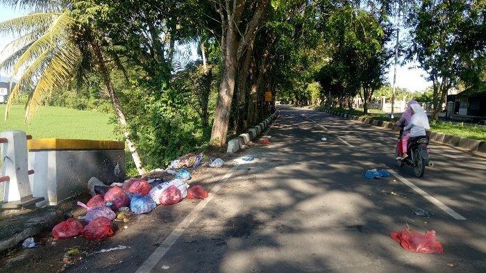 Kesadaran Rendah, Sampah Berserakan di Pinggir Jalan Bandara Sultan Iskandar Muda