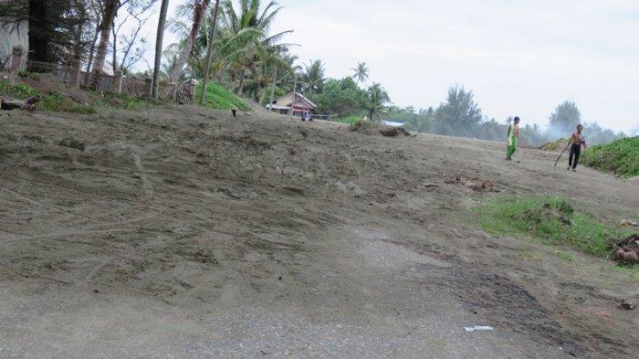 Pemkab Aceh Barat Diminta Bersihkan Tanah  yang Menutupi Jalan Diponegoro, Dampaknya Parah