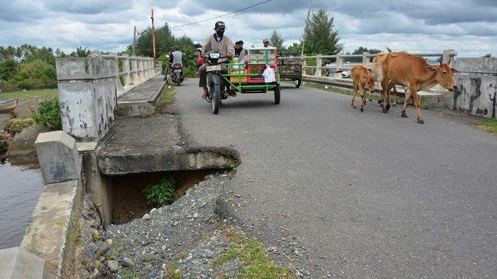 Badan Jalan ke Objek Wisata Lhok Bubon, Kecamatan Samatiga Amblas