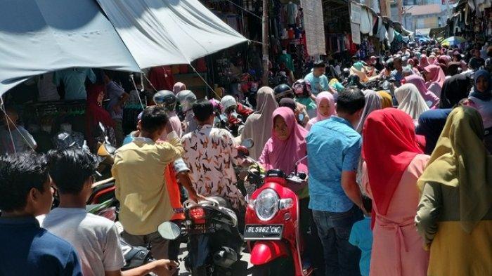 Jelang Idul Fitri di Blangpidie,Jalan Jadi Lokasi Parkir, Arus Kendaraan Sering Macet
