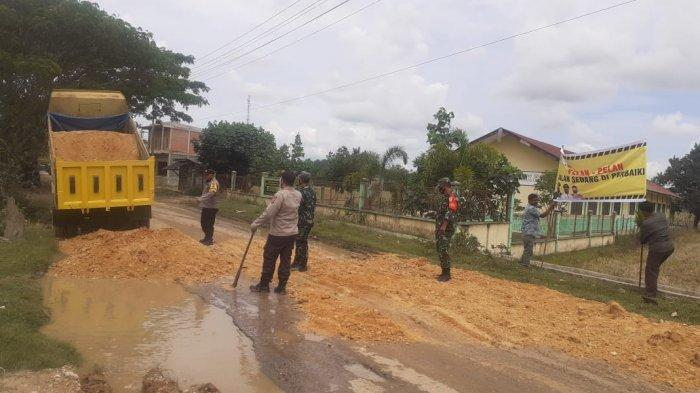 Muspika Ranto Peureulak Timbun Ruas Jalan Provinsi yang Rusak
