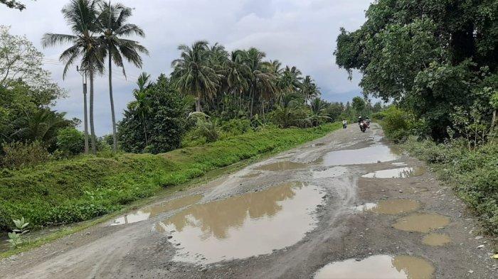 Jalan di Balue Sakti Pidie Bertabur Lubang Besar, Saat Hujan Seperti Kolam