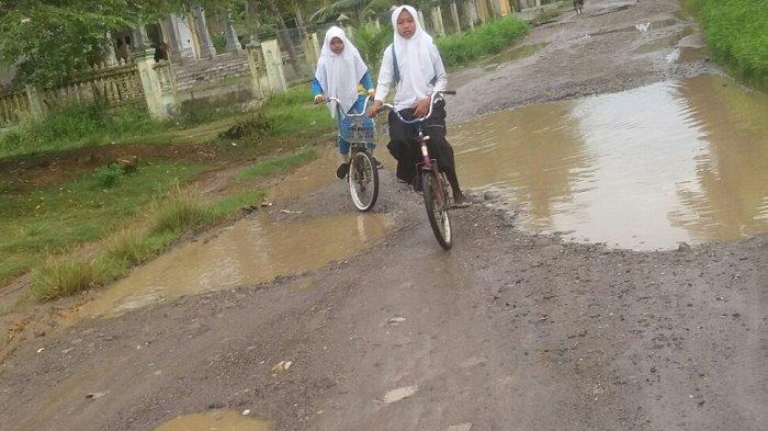 Ruas Jalan ke Desa Blang Gandai Rusak Berat, Anak Sekolah Bersekolah Lewat Jalan Lumpur
