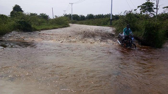 Dibangun Pakai Dana Miliaran Rupiah, Jalan Kecamatan Singkil-Sebatang Berubah Jadi Sungai